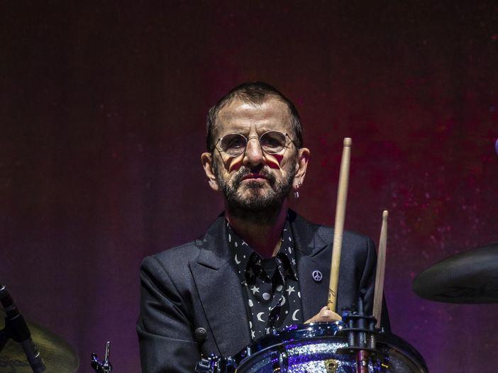 R&R Hall of Fame, Paul McCartney consegna a Ringo Starr il premio 'Musical excellence': 'Hai spaccato!'. Gli highlights - VIDEO